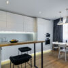 барная столешница из дерева в квартиру-студию