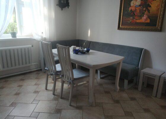 Як розставити дерев'яні меблі в маленькій кімнаті?